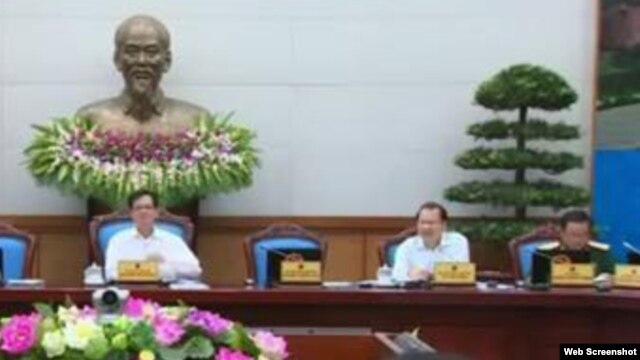 Tổng tham mưu trưởng quân đội Việt Nam Đỗ Bá Tỵ (ngoài cùng bên phải) gồi ở vị trí của Bộ trưởng Quốc phòng Việt Nam Phùng Quang Thanh trong đoạn clip về phiên họp thường kỳ của chính phủ