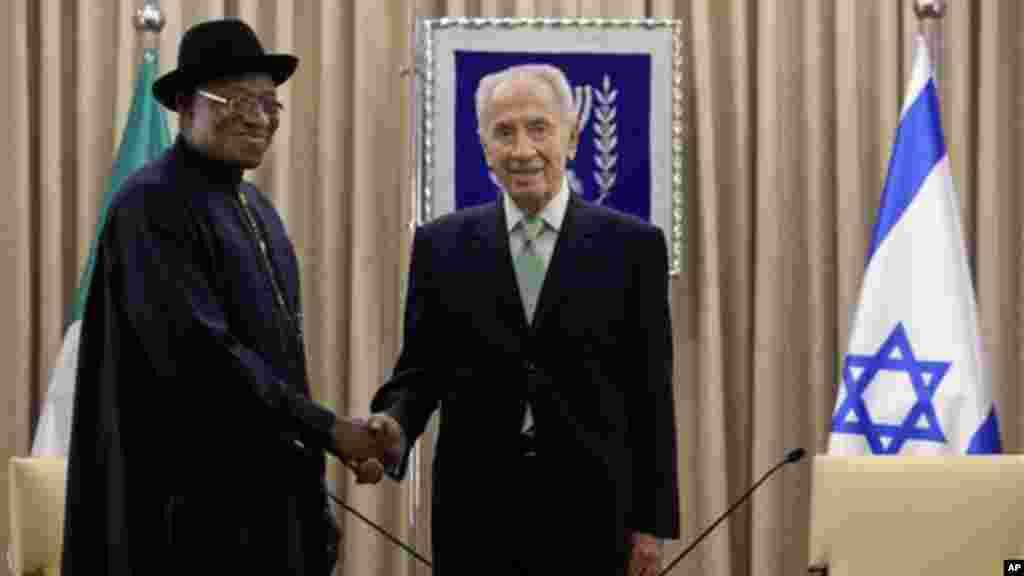 Shugaba Goodluck Jonathan ya sha hannu da shugaban Isra'ila Shimon Peres, yayin sadawarsu a fadar shugaban a Urushalima, ranar 28 ga watan Oktoba, 2013.