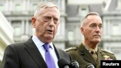북한이 6차 핵실험을 실시한 지난 3일 짐 매티스 미국 국방장관(왼쪽)이 기자회견을 하고 있다. 오른쪽은 조셉 던포드 미국 합참의장.