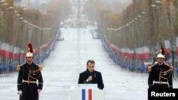 Fransiya Prezidenti Emmanuel Makron Birinchi Jahon urushi yakuniga bag'ishlangan tadbirda nutq so'zlamoqda, Parij, Fransiya.