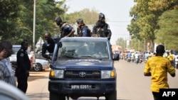 La police burkinabè patrouille dans les rues d'Ouagadougou, le 21 octobre 2017.