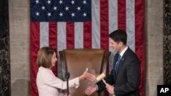 3일 제115대 의회 개원식에서 하원의장으로 재선출된 공화당 소속 폴 라이언(오른쪽· 위스콘신) 의장이 낸시 펠로시(캘리포니아) 민주당 원내내표와 악수하고 있다.