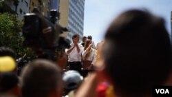 El presidente interino de Venezuela, Juan Guaidó, se dirige a la multitud de manifestantes el 16 de noviembre de 2019 en Caracas, Venezuela.