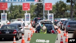 Suasana tes Covid-19 'drive-through' di Stadion Dodgers, Los Angeles, California, 15 Juli 2020. (Foto: Robyn Beck / AFP).