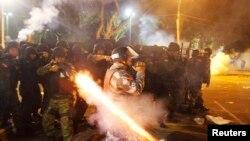 지난 20일 브라질 경찰이 벨렘 지역에서 반정부 시위대를 진압하고 있다.