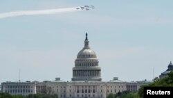 Ảnh tư liệu - Những phi cơ Blue Angels, Thunderbirds bay qua bầu trời toà nhà Quốc hội Hoa Kỳ như một lời cám ơn đối với những nhân viên y tế tuyến đầu trong đợt dịch coronavirus (COVID-19) tại Washington, Hoa Kỳ, ngày 2 tháng 5 năm 2020.