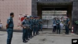 12일 방글라데시 다카의 중앙교도소 앞에서 경찰이 경계근무를 서고 있다. 방글라데시 경찰은 극단주의 폭력 단속을 벌여 사흘만에 5천여 명을 체포했다고 밝혔다. (자료사진)