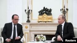 俄罗斯总统普京(右)星期四在莫斯科克里姆林宫会晤法国总统奥朗德,讨论联手打击伊斯兰国武装的议题。 (2015年11月26日)
