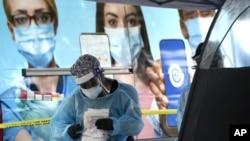 佛州的医护人员正在迈阿密的一个新冠病毒检测点工作。(2020年11月18日)