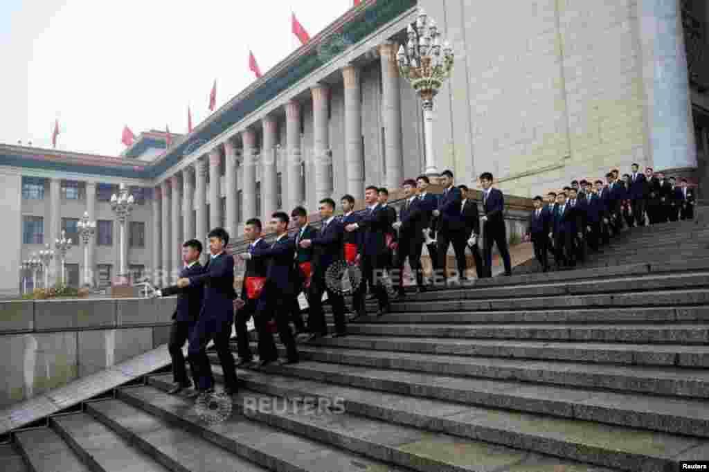 2018年3月17日中国全国人大全体会议后,安全人员列队离开人民大会堂。