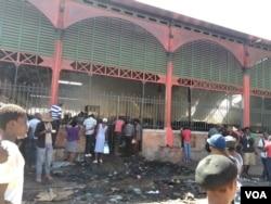 People inspect fire damage at the Iron Market in Port-au-Prince, Haiti, Feb. 13, 2018. (F. Lisené/VOA Creole)