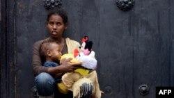 Mère et son enfant au centre de migration «Baobab» près de la gare Tiburtina à Rome, en Italie, le 14 juin 2015.