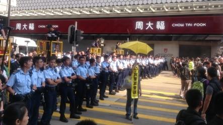 香港警方周三强力清场旺角(美国之音海彦拍摄)