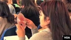 دانش آموزان در حال استفاده از وسيله کوچک آموزشی بنام «چرخ گل آفتاب»