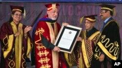 Presiden Afghanistan Hamid Karzai (kedua dari kiri) menerima gelar Doktor Kehormatan dari Universitas Jalandhar, India diserahkan oleh Presiden India, Pranab Mukherjee (20/5). Karzai di India untuk minta bantuan militer lebih besar.