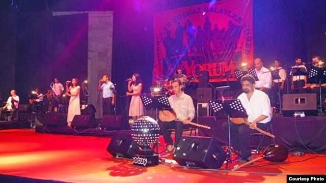Grup Yorum performing - undated photo. (Grup Yorum/myspace).