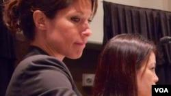 人口贩卖的受害者菲尔普斯和关佐(长发)(美国之音记者国符拍摄)