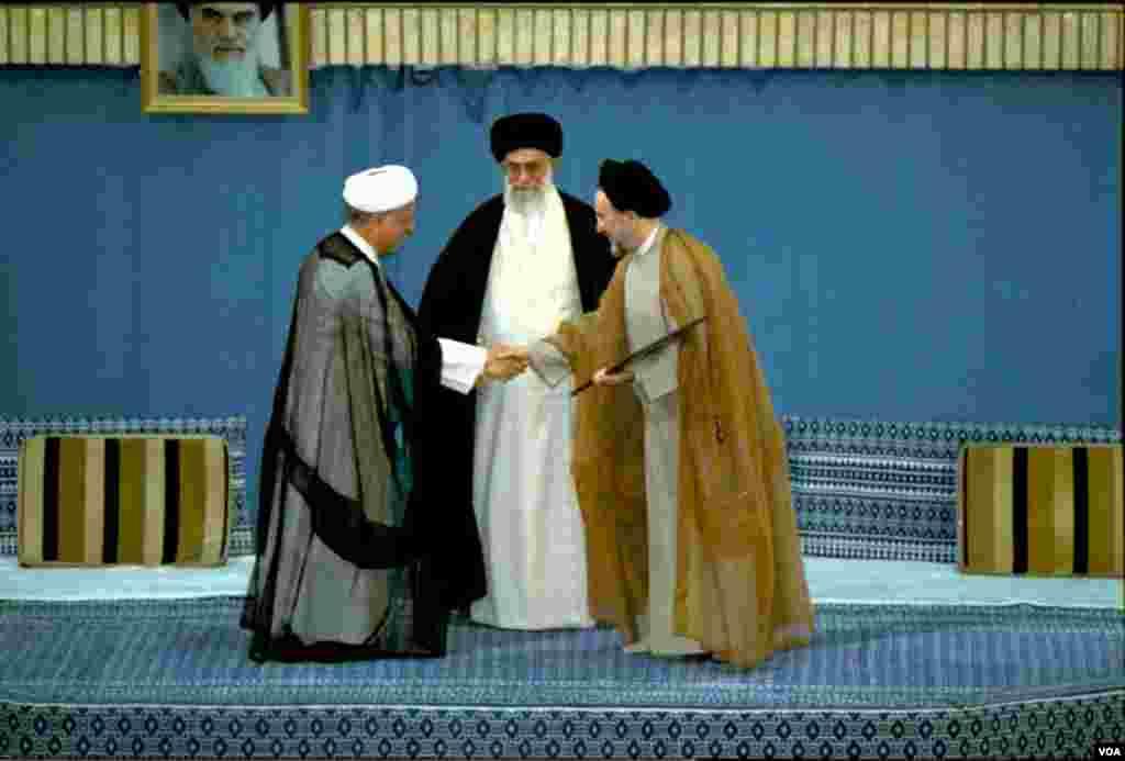 سید محمد خاتمی با پیروزی در انتخابات دوم خرداد ١٣٧٦، رئیس دولت هفتم جمهوری اسلامی ایران شد. آیت الله خامنهای حکم او را در ١٢ مرداد همان سال تنفیذ کرد.