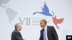 Predsednik Barak Obama i kubanski predsednik Raul Kastro sastali su se danas licem u lice na marginama Samita dve Amerike