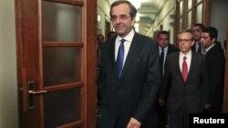 Thủ tướng Hy Lạp Antonis Samaras đến dự phiên họp nội các đầu tiên tại trụ sở quốc hội ở Athens
