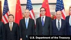 美國高官和中國貿易代表團成員在華盛頓合影,右起:美國貿易代表萊特希澤,美國商務部長羅斯,美國財政部長努欽,中國副總理劉鶴( 2018年5月17日, 努欽推特圖片)。