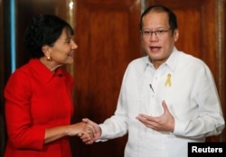 Philippines President Benigno Aquino gestures as he greets visiting U.S. Secretary of Commerce Penny Pritzker during her visit at the presidential palace in Manila, June 4, 2014.