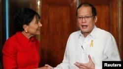 2014年6月4日菲律宾总统阿基诺(右)美国商务部长潘妮·普利茨克 (资料照片)