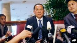 북한의 리용호 신임 외무상이 지난해 1월 당시 외무성 부상으로 싱가포르에서 미국의 전직 관리들과 회동한 후 기자들에게 북한의 입장을 설명하고 있다. (자료사진)