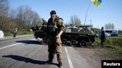 Binh sĩ Ukraine đứng gác tại một chốt kiểm soát ở Malinivka, miền đông Ukraine 24/4/14