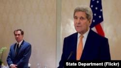 លោករដ្ឋមន្ត្រីការបរទេសស.រ.អា. John Kerry ថ្លែងទៅកាន់អ្នកសារព័ត៌មាននៅក្នុងសន្និសីទកាសែតមួយនៅក្នុងក្រុងវីយែន (Vienna) ប្រទេសអូទ្រីស កាលពីថ្ងៃទី២៣ ខែតុលា ឆ្នាំ២០១៥។