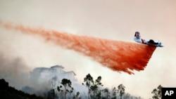 Aviones ayudan en las labores de los bomberos lanzando químicos para controlar el fuego