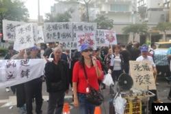 中華統一促進黨和愛國同心會數百人在台北101國際會議中心外抗議(美國之音楊明拍攝)