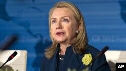 Los autores conocieron a Hillary Clinton y dijeron que no continuarían con sus publicaciones