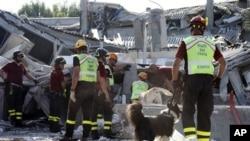 이탈리아 북부의 지진 피해 현장에 동원된 구조대.