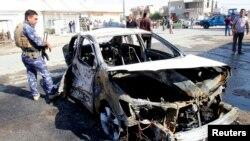 Chiếc xe bị hư hại sau một vụ tấn công bằng bom ở Kirkuk, giết chết 1 người và làm 16 người bị thương, 13/10/14