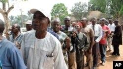 Des électeurs attendant de voter dans l'Etat d'Anambra en février 2010