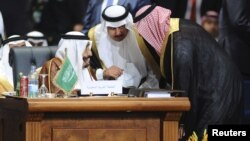 Saudi King Salman (L) speaks with his delegations during the opening meeting of the Arab Summit in Sharm el-Sheikh, Egypt, March 28, 2015.