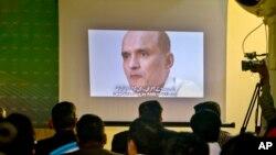 지난해 3월 기자회견장에서 파키스탄 정부에 체포된 인도 해군 장교 출신의 쿨부샨 자다브 씨의 영상이 나오고 있다.