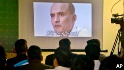 Militer Pakistan menunjukkan foto Kulbhushan Jadhav, warga India yang dituduh mata-mata, kepada media dalam konferensi pers di Islamabad, Pakistan.