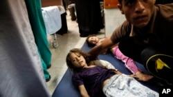 BM okuluna düzenlenen İsrail saldırısında yaralanan Filistinli çocuklar