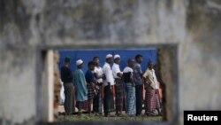 Migran Rohingya mengantri sarapan pagi di tempat penampungan sementara mereka di Aceh Timur, dekat Langsa, Aceh.