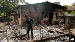 16일 스리랑카 알루트가마에서 이슬람 교도의 집이 극단주의 불교 단체의 공격으로 불에 탔다.