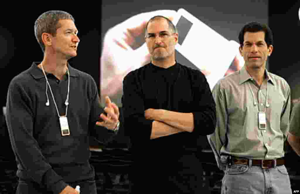 Steve Jobs (C) poses with Apple Executive Vice-President Timothy Cook (L) and Senior Vice-President Jon Rubinstein after a news conference during the opening day of the Paris Apple Expo in 2005. (Reuters)