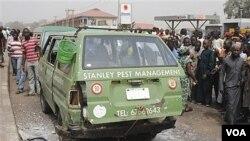 Warga berkumpul di lokasi ledakan, dekat pangkalan militer Nigeria di Kaduna (7/2).