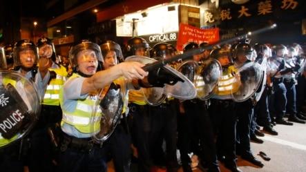 Cảnh sát chống bạo động tiến vào khu thương mại Mong Kok ở Hong Kong, ngày 19/10/2014.