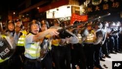 홍콩 몽콕 지역에서 야영하고 있는 시위대를 향해 전진하고 있는 시위 진압 경찰.