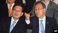 여수 박람회 폐막식에 참석해 한국의 김황식 국무총리와 대화를 나누는 반기문(우측) 유엔사무총장