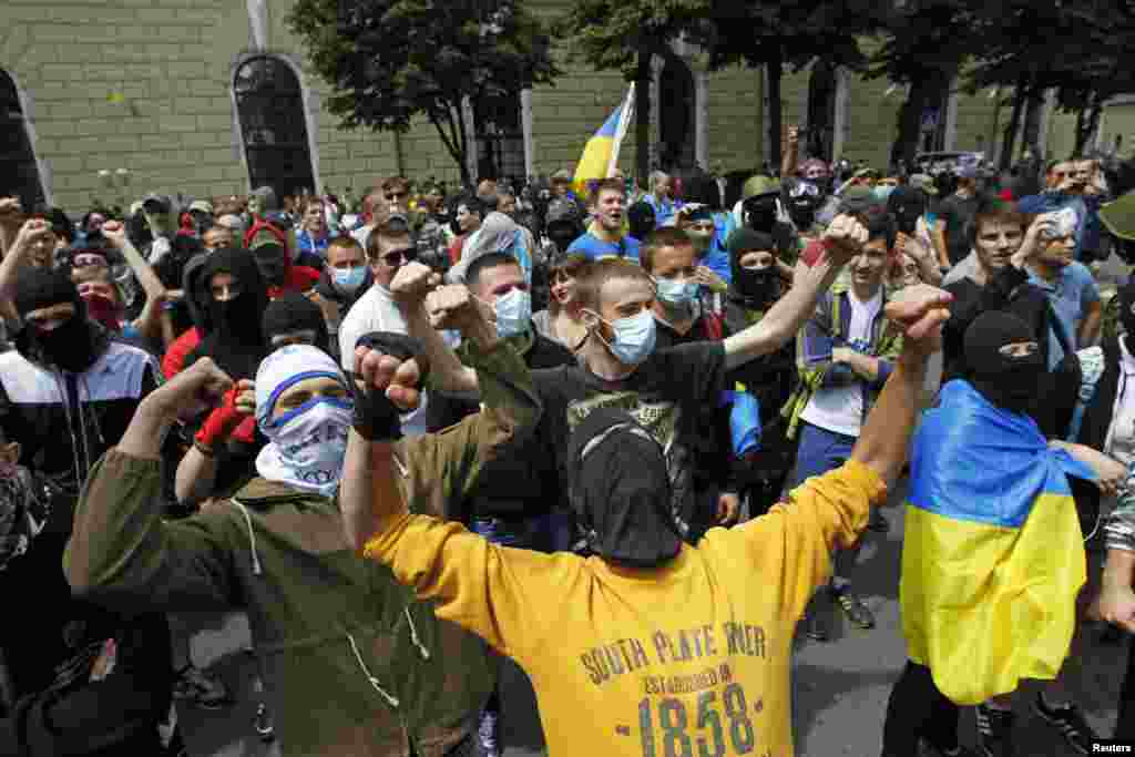 People with their faces covered take part in a pro-Ukrainian anti-separatist rally near the Kyiv Pechersk Lavra, June 22, 2014.