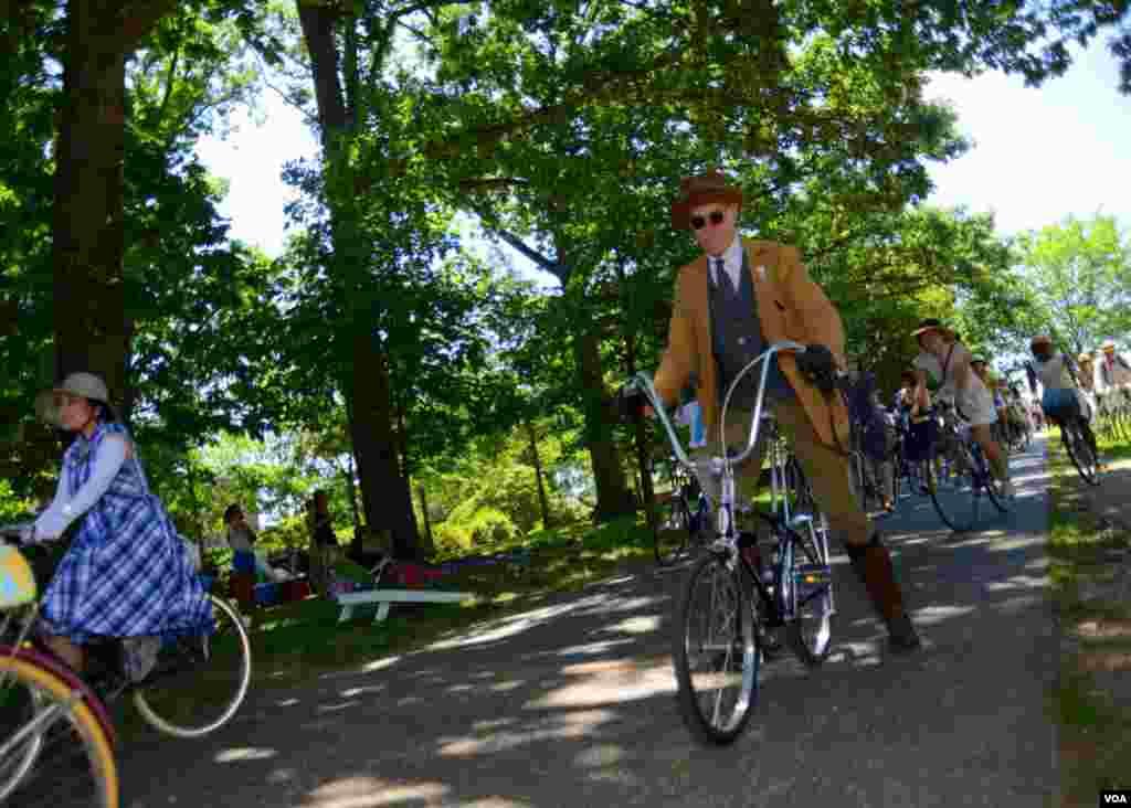 Эклектика: репортёр в костюме 20-х, велосипед – из 50-х