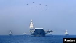 中国海军2018年4月12日在南中国海举行演习。